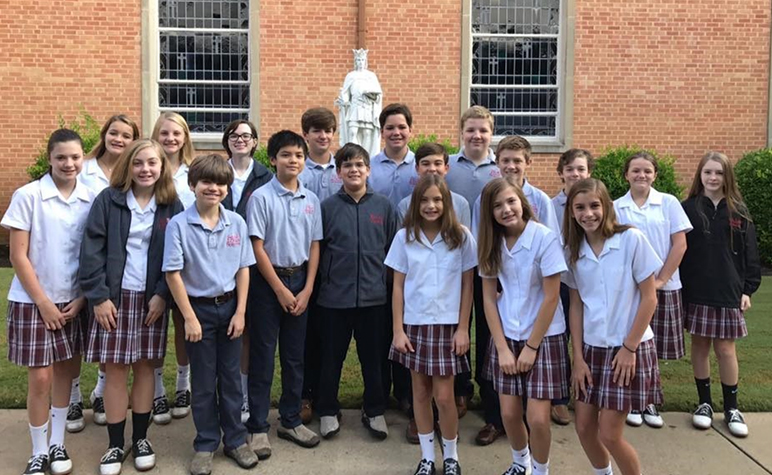 Cardinal Appeal: Students outside SLS with St. Louis Statue